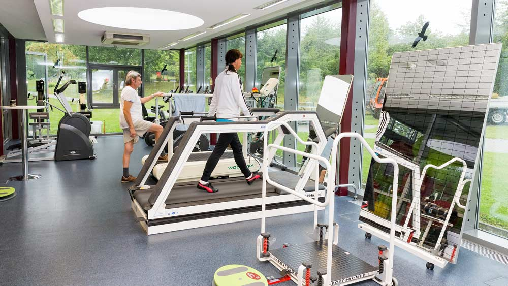 Patienten der Knappschafts-Klinik Warmbad im Trainingsraum.